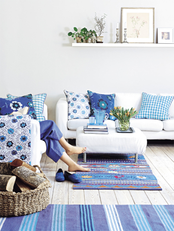 rquoise-blue-white-teal-moroccan-rugs-blue-shades-combination-floral-wall-paper-shabby-chic-open-living-room-rustic-boho-interior-cottage-decor-updo-diy